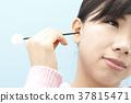 หญิงสาวทำความสะอาดหูของเธอ 37815471