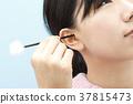 หญิงสาวทำความสะอาดหูของเธอ 37815473