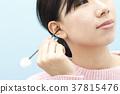 หญิงสาวทำความสะอาดหูของเธอ 37815476