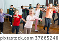 children studying contemp dance 37865248