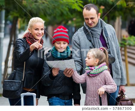 Family reading city map 37867300