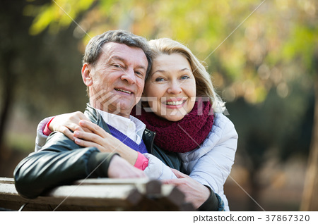 Portrait of elderly couple in park 37867320