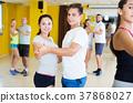 People dancing tango 37868027