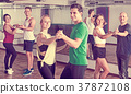Men and women dancing salsa o bachata 37872108