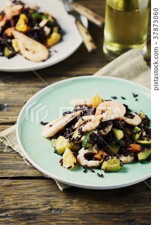 Black rice with prawns, vegetables and orange 37873060