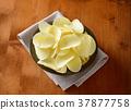Salted potato crisps 37877758
