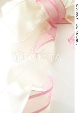 소재가 다른 분홍색과 흰색 리본에 빛을 대고 37881279