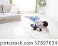 ผู้หญิงนอนอยู่บนเตียงกับทารก 37897634
