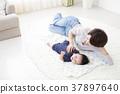 아기와 뒹굴 여성 37897640