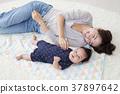 아기와 뒹굴 여성 37897642