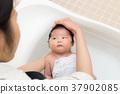 剛出生的嬰兒洗澡 37902085
