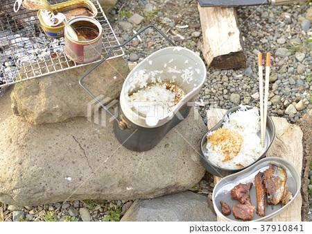 장작으로 요리 한 반합 밥과 통조림 37910841
