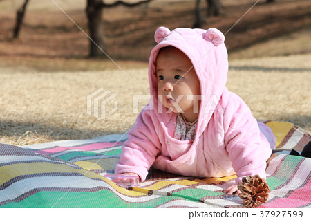 Play outside 0-year-old children 37927599