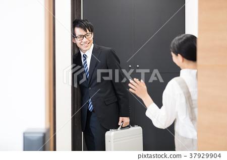 출근하는 남편을 배웅하는 아내 37929904