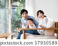 年轻的家庭 37930589