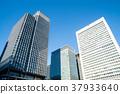 푸른 하늘 아래 도쿄역 근처의 고층 빌딩 37933640