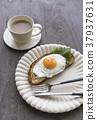 하얀 접시에 준비된 계란 후라이와 빵의 아침 37937631