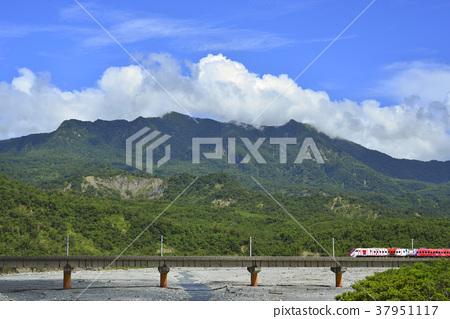 都蘭山,橋,臺東,溪流,水,鐵道,火車,藍天,白雲,交通運輸,山 37951117