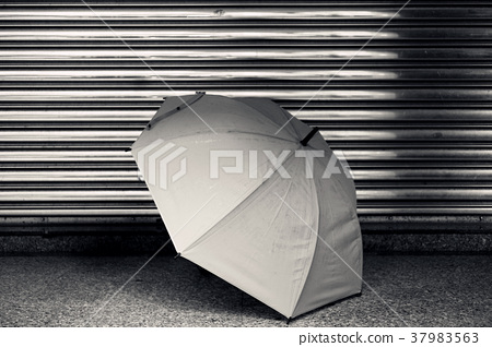 突破性雨傘,背景銀色銀門,黑白色調 37983563