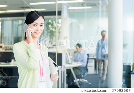 Business woman (telephone) 37992607