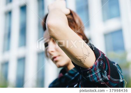 문신을 넣은 여성 37998436