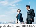 西裝中間男人和女人藍藍的天空 38044027