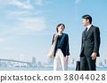 西裝中間男人和女人藍藍的天空 38044028