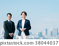 西裝中間男人和女人藍藍的天空 38044037