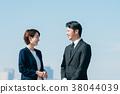 西裝中間男人和女人藍藍的天空 38044039