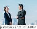 西裝中間男人和女人藍藍的天空 38044041