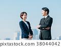 西裝中間男人和女人藍藍的天空 38044042