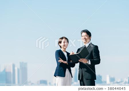 西裝中間男人和女人藍藍的天空 38044045