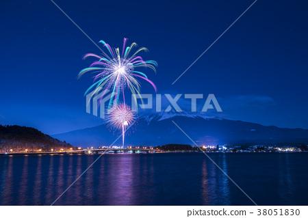 【야마나시 현] 가와구치 코의 겨울 축제 호상의 춤 후지산과 불꽃 놀이 공연 38051830
