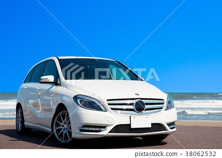 한여름의 드라이브 이미지 (흰색 자동차와 바다와 푸른 하늘) 38062532