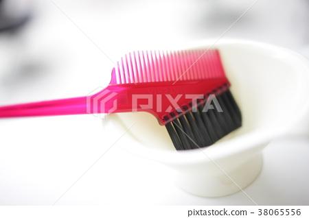 색상 컵과 솔 38065556