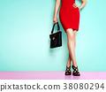 鞋子和袋子的时尚图象。红色裙子和黑鞋子和袋子的妇女 38080294