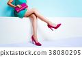 清爽时尚。桃红色袋子和鞋子的妇女在一块鲜绿色 38080295