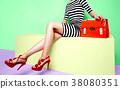鞋子和袋子的时尚图象。条纹的衣服和包与红色的鞋子和橙色 38080351