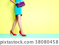 신발과 가방의 패션 이미지. 화려한 패션으로 걷는 여자 38080458
