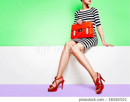 鞋子和袋子的时尚图象。条纹的衣服和包与红色的鞋子和橙色 38080501