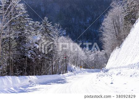 大雪鋪滿的路 積雪 道 38092829