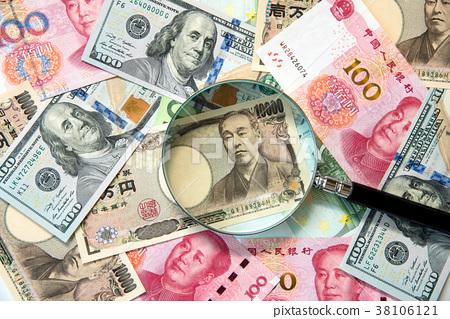 海外紙幣和放大鏡 38106121