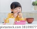 도시락을 먹는 아이 38109077