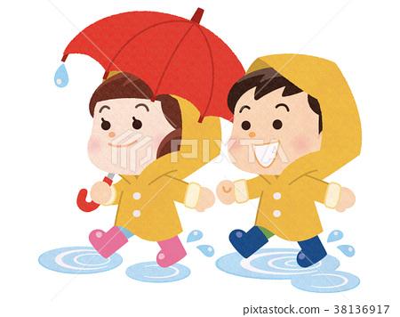 雨衣的男孩和女孩走在水坑的 38136917