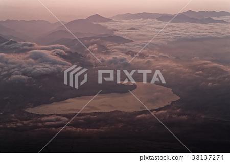 在从富士山的顶端看见的黎明湖 38137274
