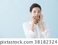 스마트 폰에서 전화를하는 여성 (파란색 배경) 38182324