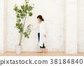 澆灌室內植物的婦女 38184840