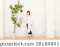 관엽 식물에 물을주는 여자 38184841