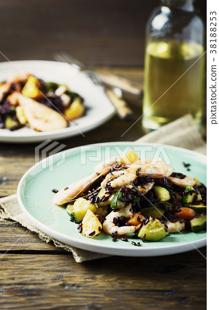 Black rice with prawns, vegetables and orange 38188253