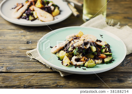 Black rice with prawns, vegetables and orange 38188254